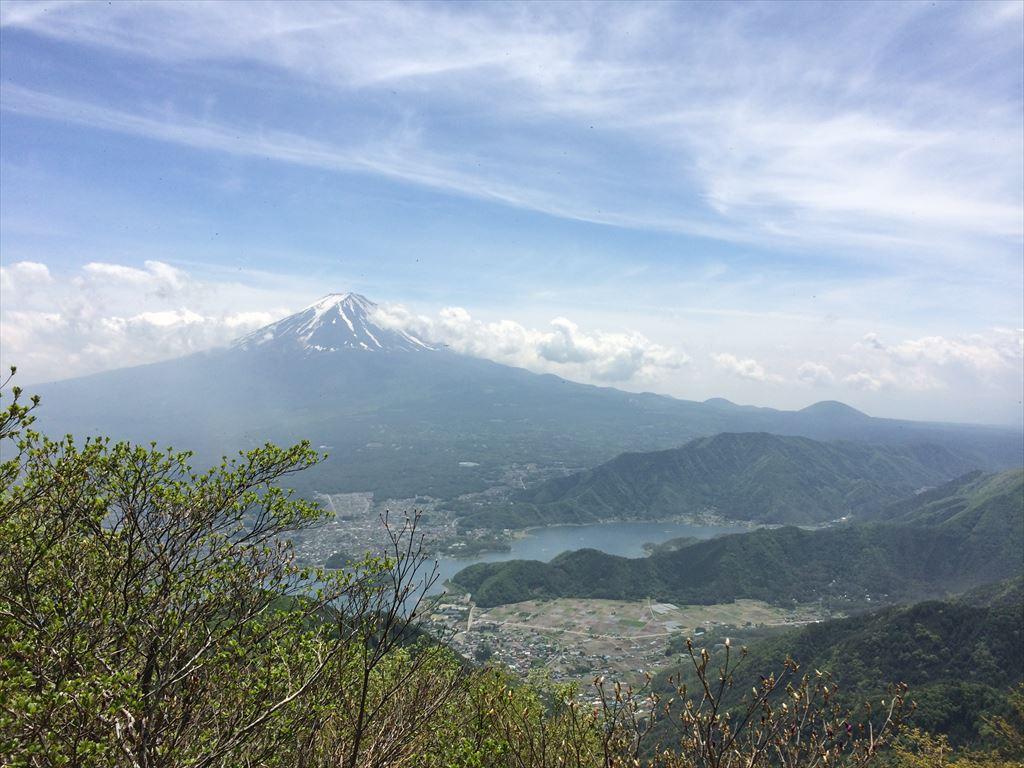 御坂山と黒岳  日帰り登山 万葉の河口湖畔の山々で、足止めする富士の眺め(2015.5.17)