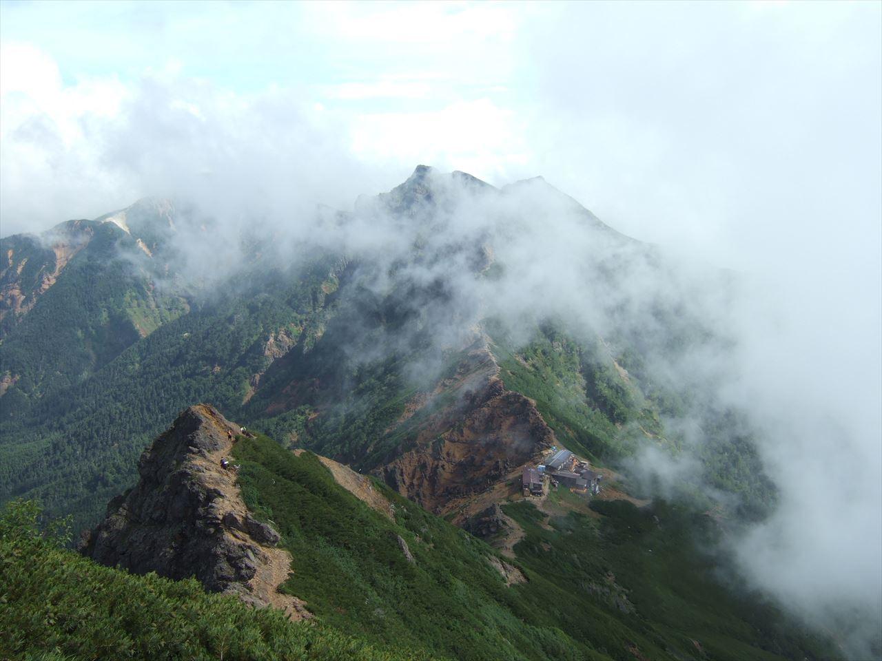 赤岳(八ヶ岳)  テント泊登山 かくも険しく美しい岩稜の主峰へ(2015.8.16)